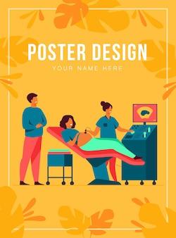 산전 관리 개념. sonographer 스캔 및 모니터를보고 아버지를 기대하는 동안 임신 한 여자를 검사합니다. 건강 진단, 초음파 검사, 초음파 검사 주제에 대한 그림