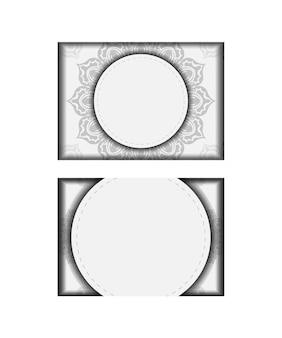 텍스트와 장식품을 위한 장소가 있는 초대장을 준비합니다. 검은색 만다라 패턴이 있는 흰색의 인쇄 디자인 엽서용 템플릿입니다.