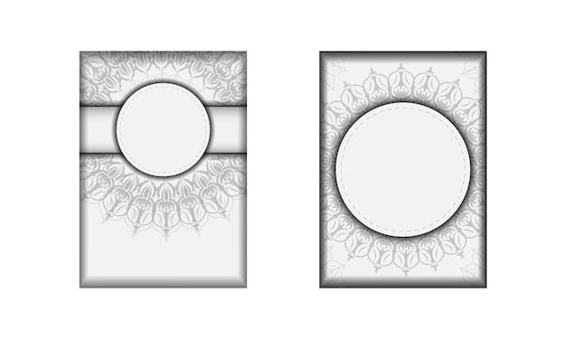텍스트와 빈티지 장식품을 위한 장소가 있는 초대장을 준비합니다. 인쇄 디자인 엽서 서식 파일 만다라와 흰색 색상입니다.