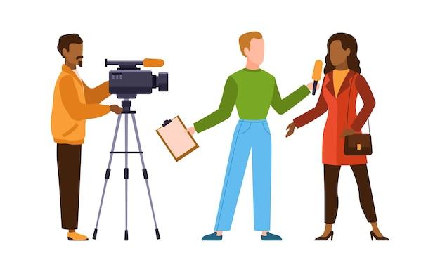 カメラマンとの記者会見。ジャーナリストが女性にインタビューします。ニュースキャスターとジャーナリストの職業。オペレーターは、マイク、テレビ業界の漫画のフラットベクトル文字でカメラとレポーターを保持します
