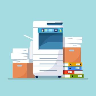 프린터, 종이가있는 사무 기기, 판지 상자에 문서 스택. 스캐너, 복사 장비. 서류. 다기능 장치