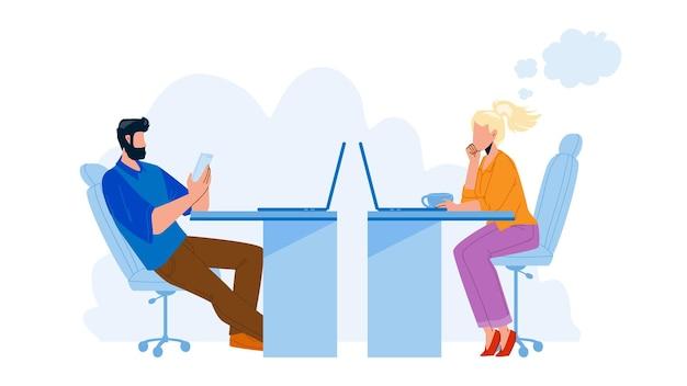 Откладывая вектор коллег коллег офисных работников. мужчина играет по телефону и женщина сидит за столом, смотрит экран компьютера и пьет кофе, откладывая работу. персонажи плоский мультфильм иллюстрации