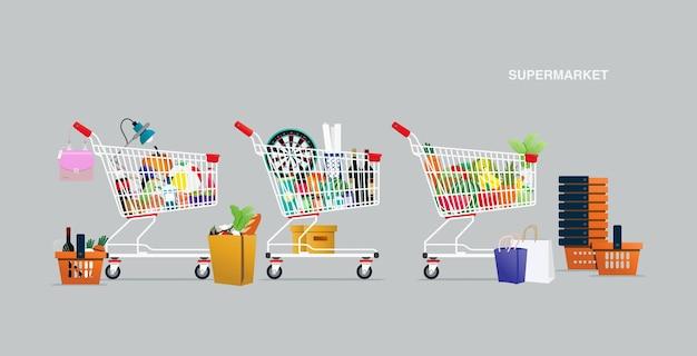 회색 배경의 슈퍼마켓 카트 및 바구니에 있는 제품