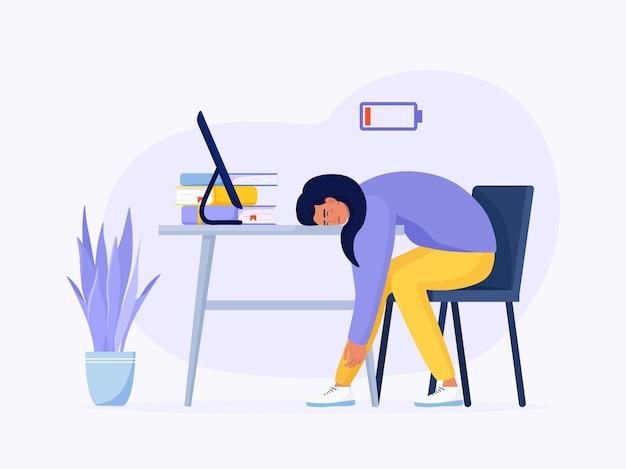 疲れ果てた少女のプロの燃え尽き症候群。オフィスの職場に座っている疲れた女性労働者と低活力またはバッテリー充電インジケーター。長い労働日。メンタルヘルスの問題、ストレス