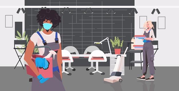 プロのクリーナーカップルは、美容院のインテリア水平で一緒に働く洗浄装置を使用してレース用務員を混合します