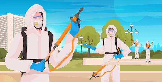 Профессиональные уборщики в защитных костюмах бригада уборщиков дезинфицирует вирусные клетки