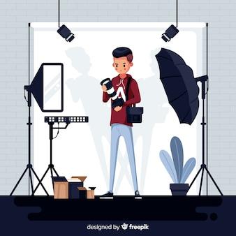 Профессиональный фотограф работает в студии
