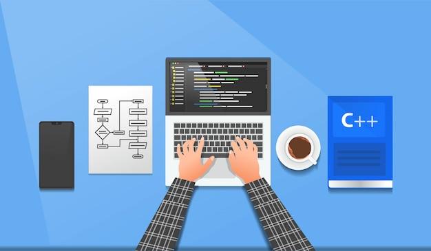 Программист работает на своем ноутбуке