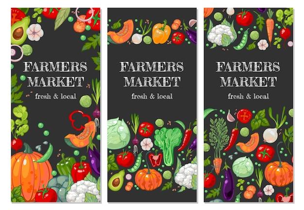 Рекламные вертикальные баннеры для фермерского рынка. органические вегетарианские продукты питания баннер. яркие сочные садовые овощи на доске или темном фоне. новый урожай томатов, болгарского перца, капусты, лука.