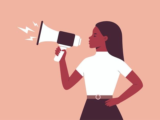 Протестующая женщина говорит в мегафон