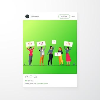 権利のために戦う女性に抗議する。プラカードを持って育てる女性活動家と抗議者のグループ