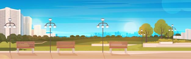 木製のベンチと街灯の街並みの背景の水平方向の公共公園