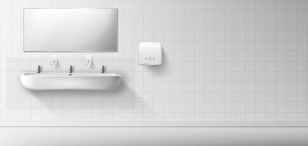 Общественный туалет с керамической раковиной и зеркалом