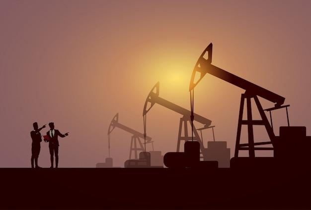 Бизнес люди группа pumpjack нефтяной вышке кран платформа баннер