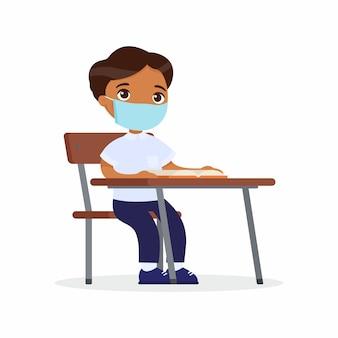 彼の顔の平らなベクトルイラストセットに防護マスクを使ってレッスンで生徒。褐色肌の男子生徒が学校の教室の机に座っています。ウイルス保護の概念。ベクトルイラスト