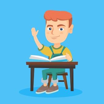 책상에 앉아있는 동안 손을 올리는 학생. 프리미엄 벡터