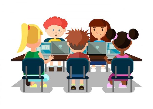 Ученики учатся в классе с ноутбуками.