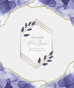 기하학적 대리석 프레임과 잎 보라색 알코올 잉크 반짝이 카드. 추상 손으로 그린 배경.