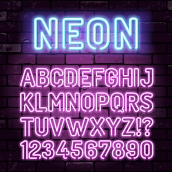 Фиолетовый и синий неоновый алфавит на кирпичной стене с буквами, символом и цифрами. неоновая вывеска на кирпичной стене знак. реалистичный значок