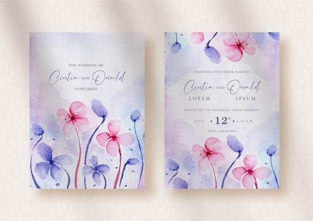 紫とピンクの花が結婚式の招待状に飛び散る
