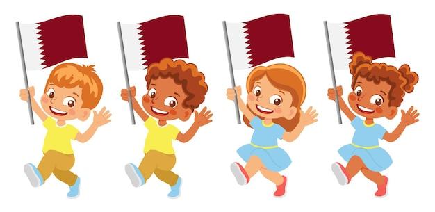 Флаг катара в руке. дети держат флаг. государственный флаг катара