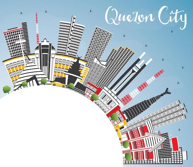 灰色の建物と青い空とコピースペースのあるケソンシティフィリピンのスカイライン