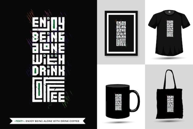 引用インスピレーションtシャツは、印刷用のドリンクコーヒーと一人でいることをお楽しみください。モダンな縦型デザインテンプレートファッション服、ポスター、トートバッグ、マグカップ、商品