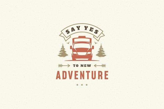 グリーティングカードやポスターなどの手描きのキャンプキャラバンのシンボルでタイポグラフィを引用