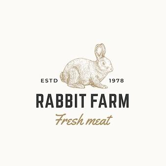 토끼 농장 신선한 고기 추상 기호, 상징 또는 로고 템플릿. 손으로 그린 복고풍 타이포그래피와 조각 토끼 sillhouette 스케치. 빈티지 상징.