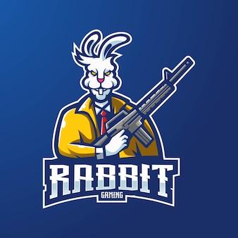 バッジ、エンブレム、tシャツの印刷用のモダンなイラストコンセプトスタイルのウサギのマスコットロゴデザイン。 eスポーツチームのために銃を持っているウサギのイラスト