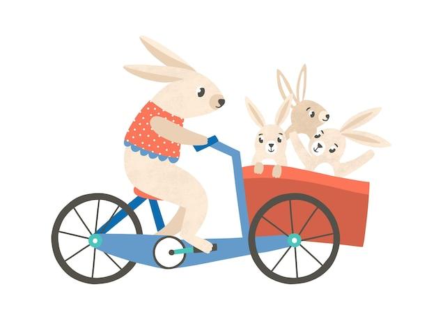 자전거 평면 벡터 삽화를 타는 아이들과 함께 있는 토끼 엄마. 귀여운 동물 가족 만화 캐릭터입니다. 바구니에 어린 아이들과 함께 자전거에 사랑스러운 어머니 토끼. 재미있는 유치한 티셔츠 프린트.