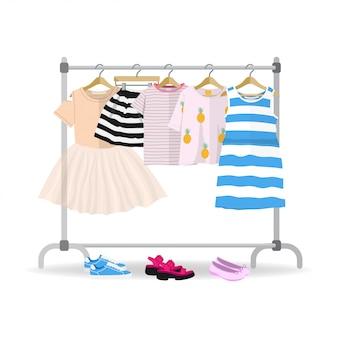 ハンガーに掛かっているカラフルな夏の子供服のラック
