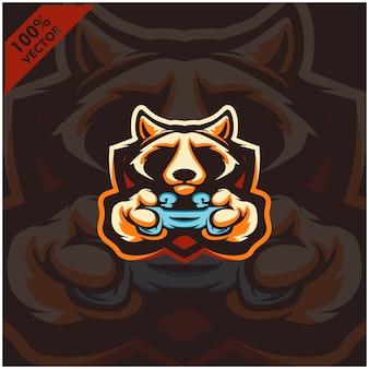 Racoon gamer держит игровую консоль джойстик. дизайн логотипа талисмана для команды киберспорта.
