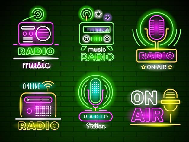 ラジオの輝くロゴ。ネオンスタイルの色付きビジネスミュージック放送エンブレムライブショー広告。ラジオネオンサイン、ライト看板イラスト