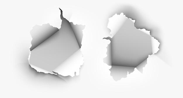破れた紙で破れた不規則な穴