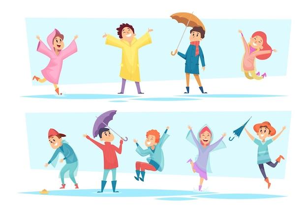 Дождь персонажей. счастливые дети, играющие в осенних лужах плащ мокрой погоды жидкие сезонные игры вектор людей. иллюстрация счастливый персонаж гуляет и прыгает под дождем