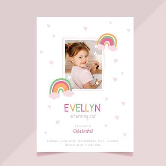 Modello di invito compleanno arcobaleno con foto