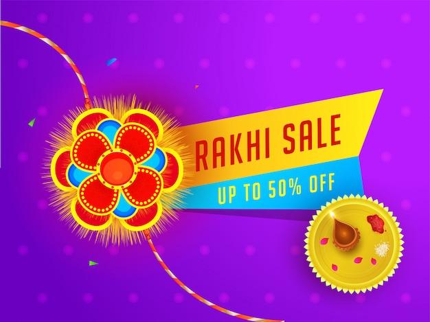 ラクシャバンダンセールバナーまたはポスターデザイン50%割引で提供し、紫色の花の背景にプレートを礼拝します。