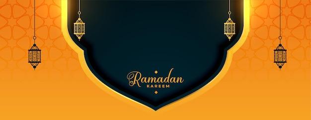 Banner di ramadan kareem con decorazioni di lampade