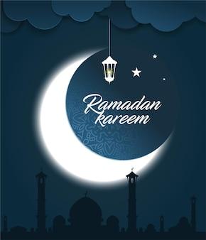 Поздравительная открытка рамадана карима с светящимся полумесяцем, мечетью, звездами и фонарем рамадана на ночном фоне.