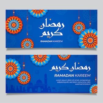 Рамадан карим горизонтальные синие красные знамена с 3d арабесками звезд. иллюстрация для поздравительной открытки, плаката и ваучера