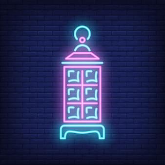 Рамадан Карим фонарь неоновый знак. Светящаяся лампа на фоне темной кирпичной стены.