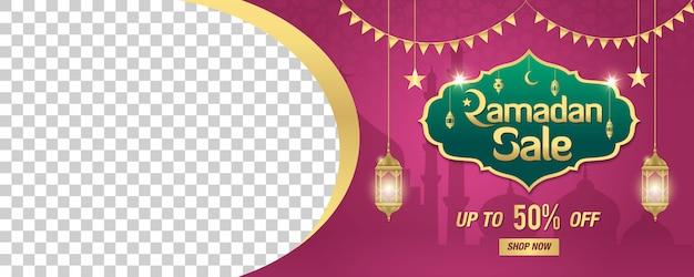 Рамадан продажа, веб-заголовок или баннер с золотой блестящей рамой, арабские фонари и место для вашего изображения на фиолетовом. скидка до 50%