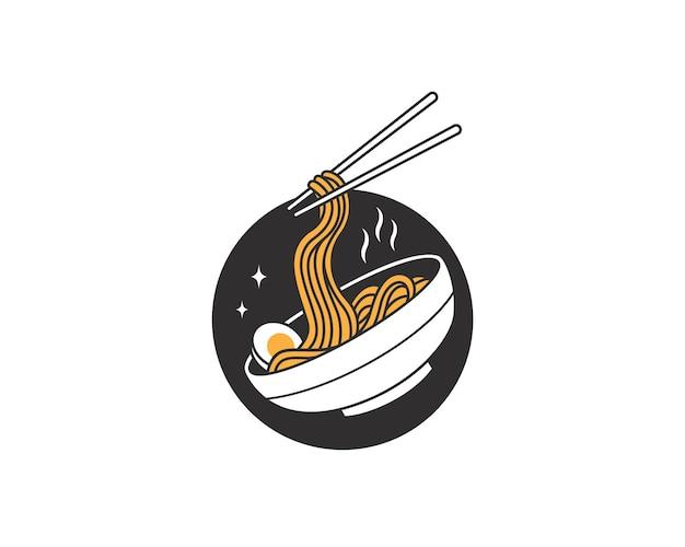 ボウルのロゴに卵が入ったラーメン