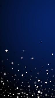 임의의 떨어지는 별 크리스마스 배경입니다. 짙은 파란색 배경에 미묘한 비행 눈 조각과 별. 매력적인 겨울 은색 눈송이 오버레이 템플릿입니다. 최적의 세로 그림입니다.