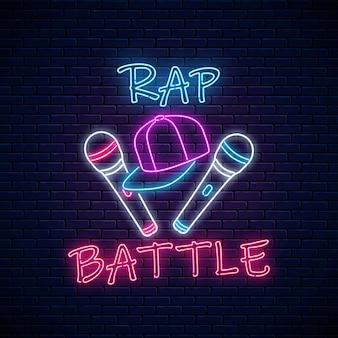 Неоновая вывеска rap battle с двумя микрофонами и бейсболкой. эмблема хип-хоп музыки. дизайн рекламы рэп-конкурса.