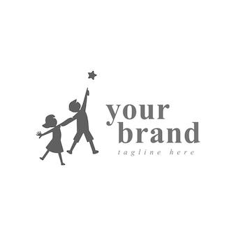 꿈의 창조적인 상징 개념에 도달하십시오. 성공, 목표, 대학원 추상 비즈니스 로고 아이디어. 행복 한 아이, 소년과 소녀 실루엣과 별 아이콘.