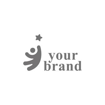 あなたの夢の創造的なシンボルの概念に到達します。成功、目標、大学院の抽象的なビジネスロゴのアイデア。幸せな子供、シルエットと星のアイコン。