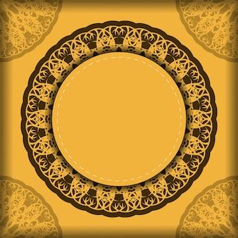 Готовая к печати желтая открытка с индийским коричневым узором.