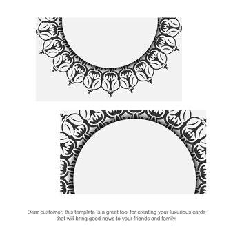 그리스 패턴으로 명함 디자인을 인쇄할 준비가 되었습니다. 블랙 빈티지 장신구와 흰색으로 설정된 명함입니다.